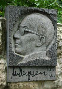 Памятник с барельефом